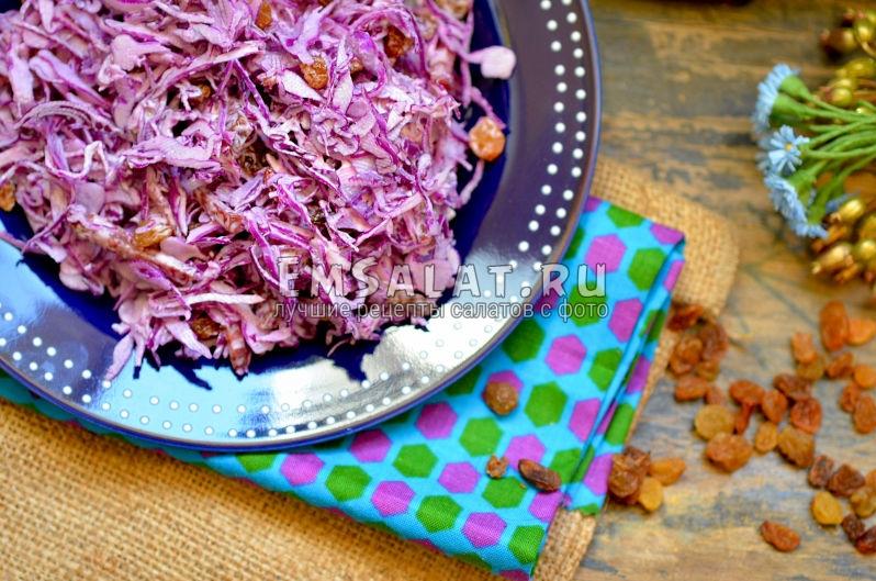 смешать ингредиенты для салата из краснокочанной капусты