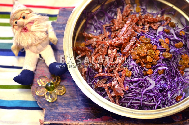 нарезанная колбаса и изюм в салате