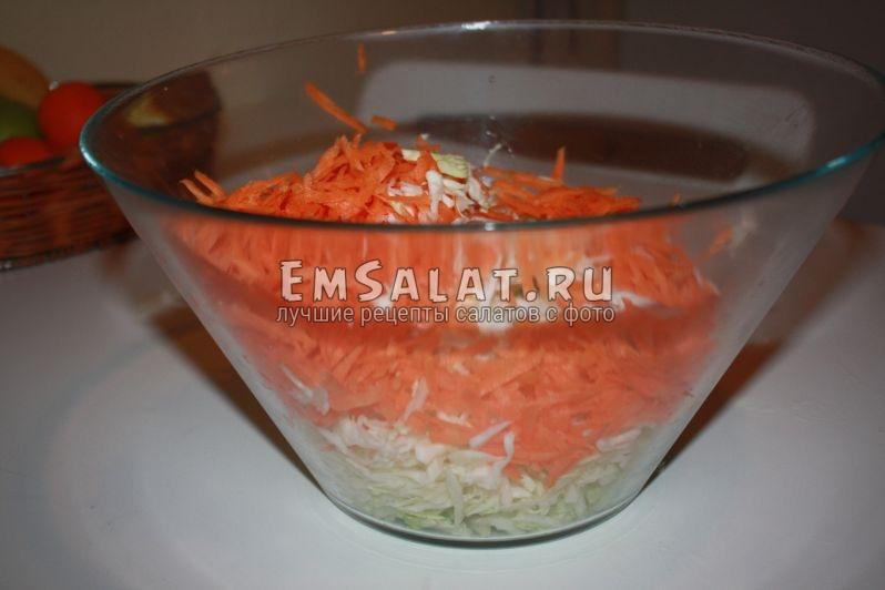 стеклянная емкость в ней нарезанная капуста и морковка