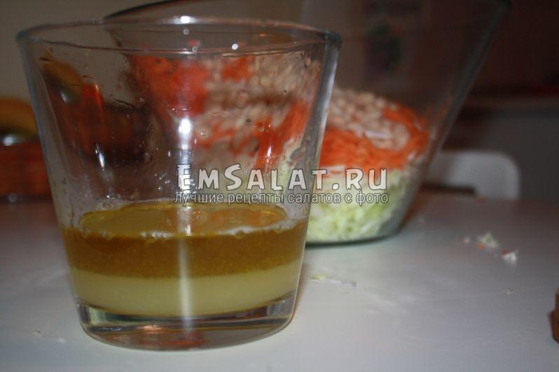 стакан с лимонным соком и медом на фоне нарезанных овощей