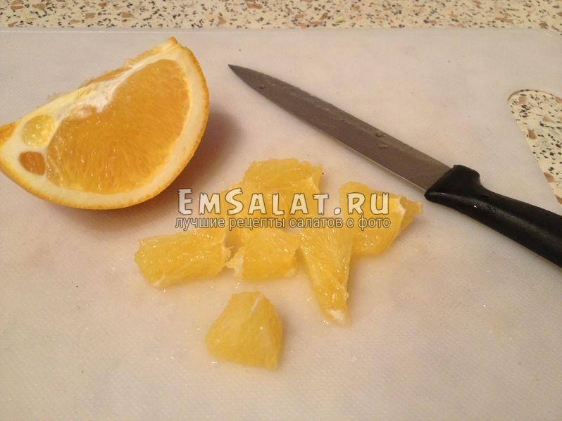 очищенный апельсин порезан средними кусочками