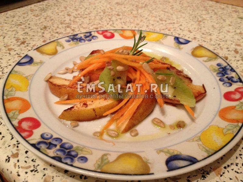 салат собран в тарелке, посыпан семечками и украшен розмарином