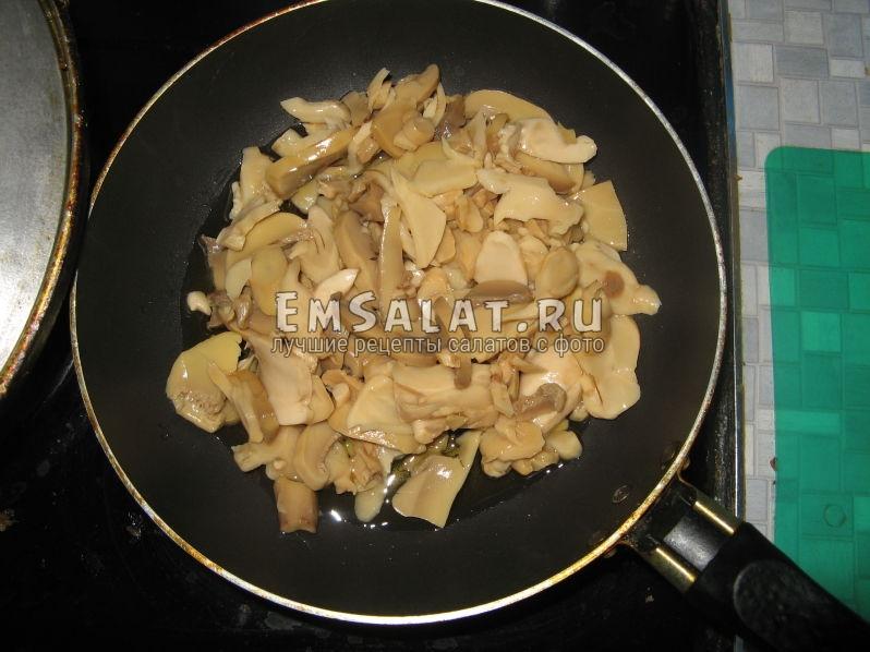 обжариваем грибы на масле