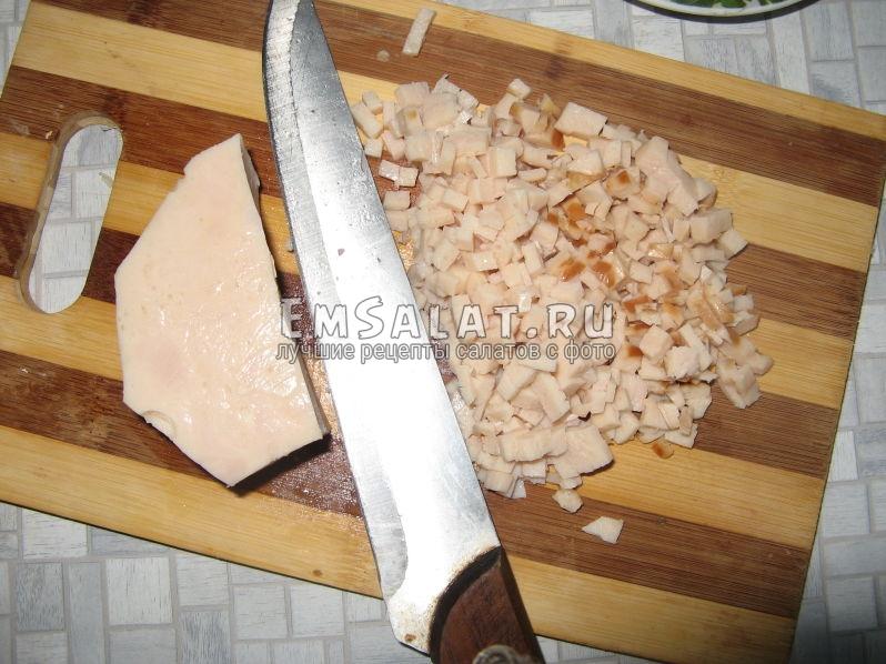 нарезаем мясо курицы