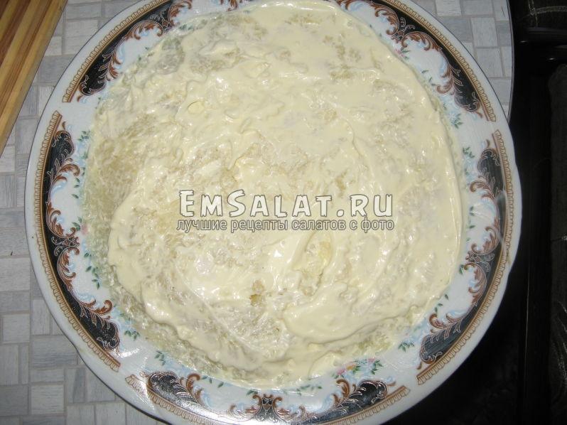 первый слой салата - тертый картофель с майонезом