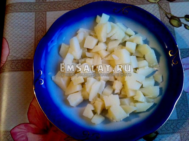картофельный слой на тарелке