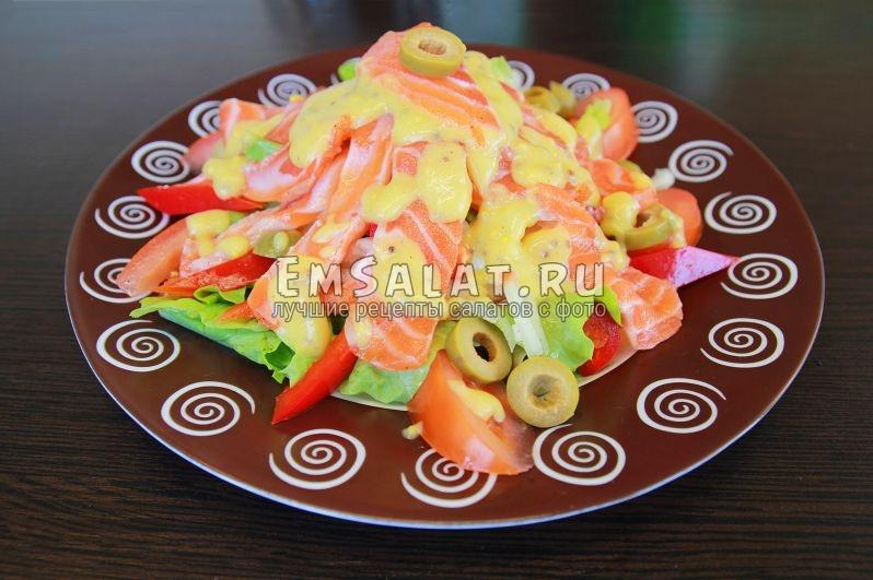 итоговое фото салата Ницца: все необходимые ингредиенты с заправкой