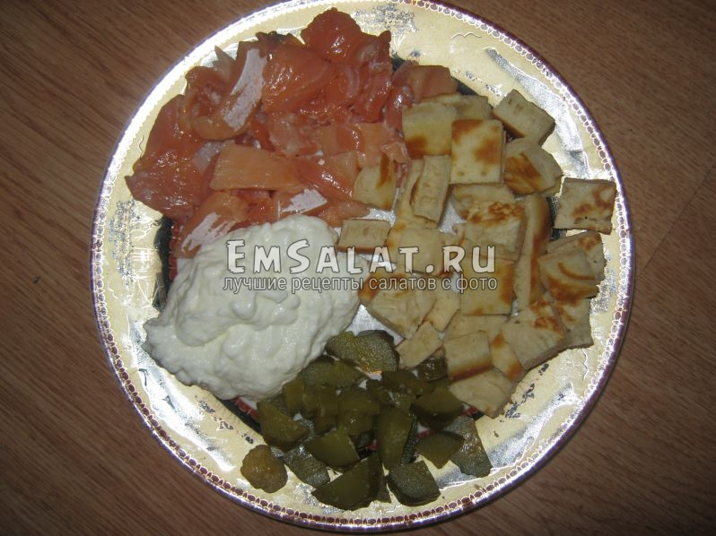 Нашинкованные ингредиенты для салата с оладьями