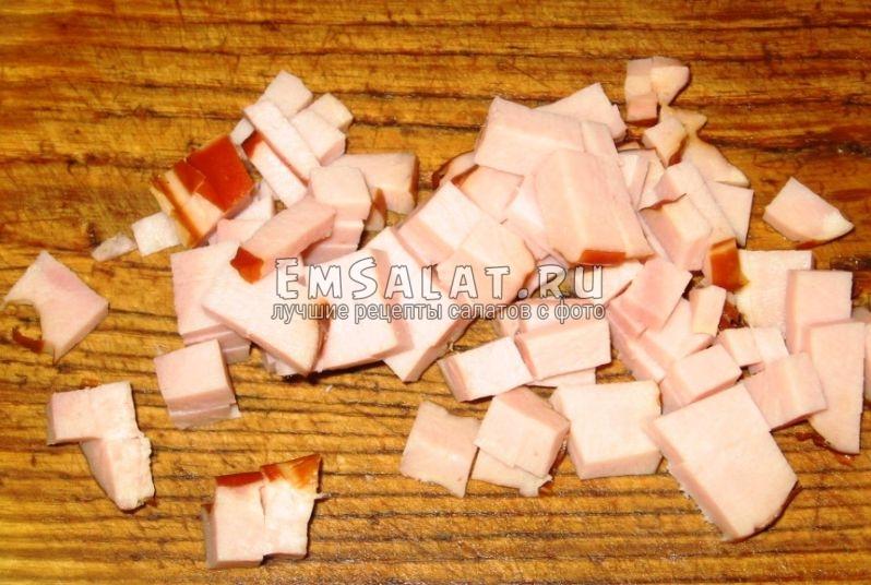 На квадратики нарезаем копченую корейку (ветчину или балык).
