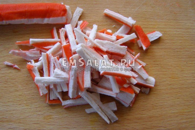 крабовые палочки нарезаны соломкой