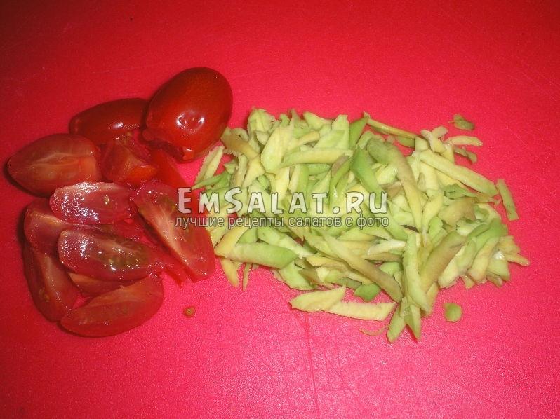 нарежем красивыми дольками помидоры черри, а авокадо настрогаем на крупной терке