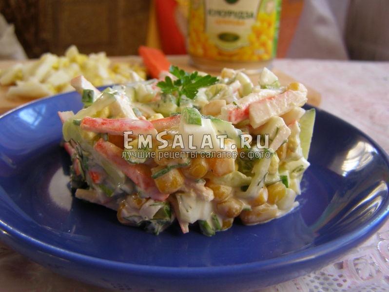 вот так выглядит салат из крабовых палочек и кукурузы