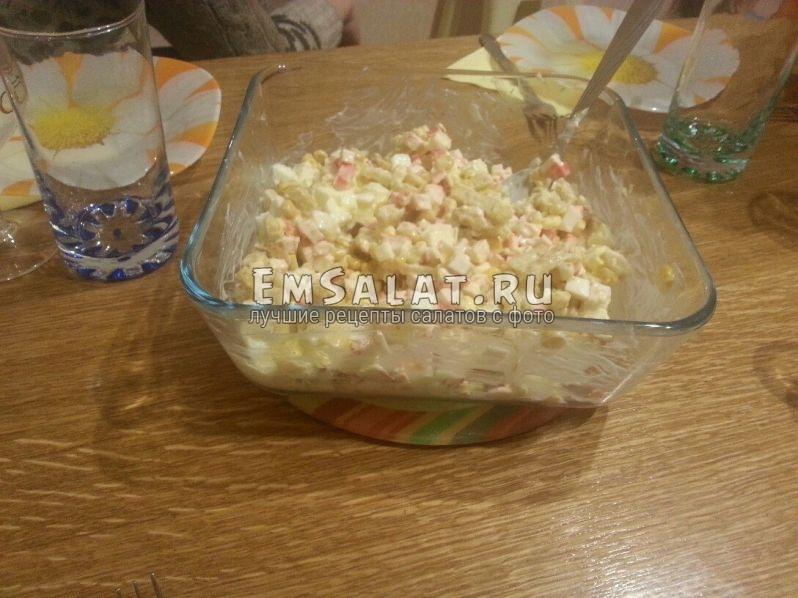вкусный салат из крабовых палочек и кукурузы готов!