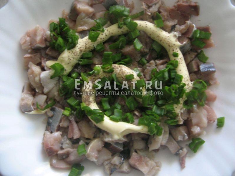 Первый слой салата - скумбрия, нарезанная кусочками. Сверху поливаем майонезом, перчим, посыпаем зелёным луком.