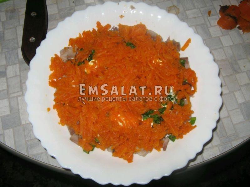 второй слой салата - тёртая вареная морковь.