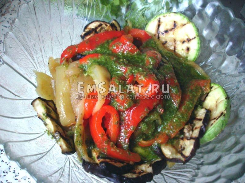 овощи в салатнике с добавлением заправки из зеленого базилика