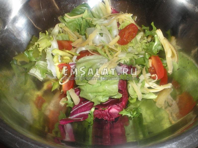 в листья микса добавим тертый сыр и помидорки черри для салата из креветок и авокадо и помидором