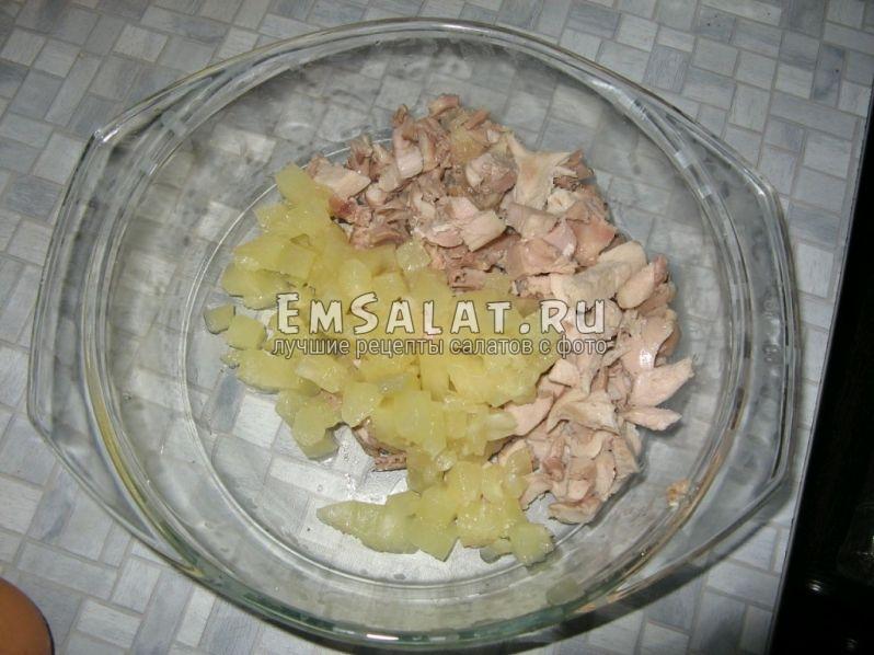 выложить в салатник нарезанные кубиками ананасы