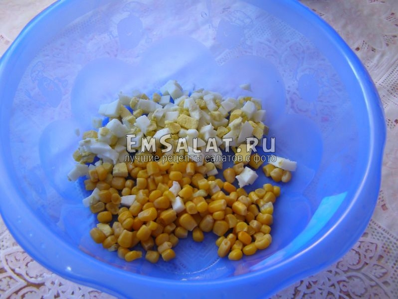 соединяем кукурузку с яйцом