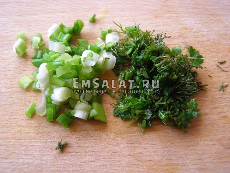 нарежем зеленый лук и кинзу