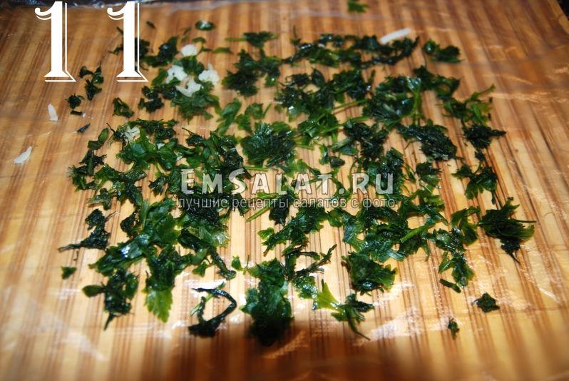 На пищевую пленку насыпаем зелень. Это первый слой салата из соленой скумбрии в виде рулета.