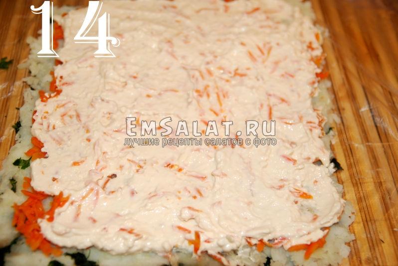 Заливаем слой моркови заправкой для салата.