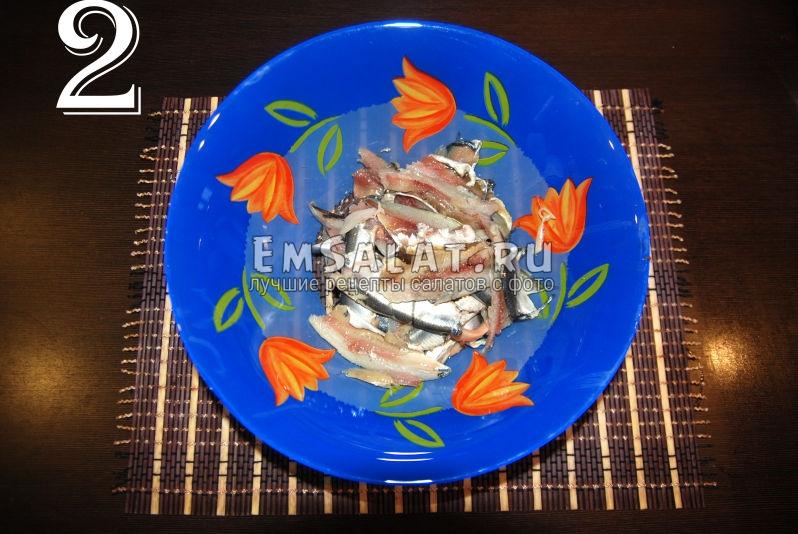 Очищенная соленая салака для приготовления салата.