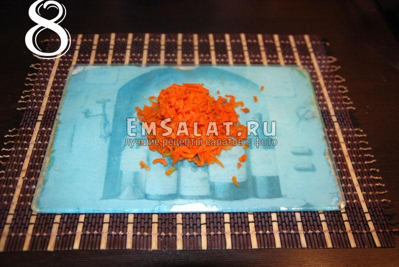Измельченная морковь для приготовления салата из соленой скумбрии в виде рулета.