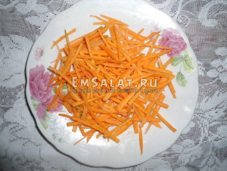 Морковь, нарезанная соломкой (можно натереть на корейскую терку).