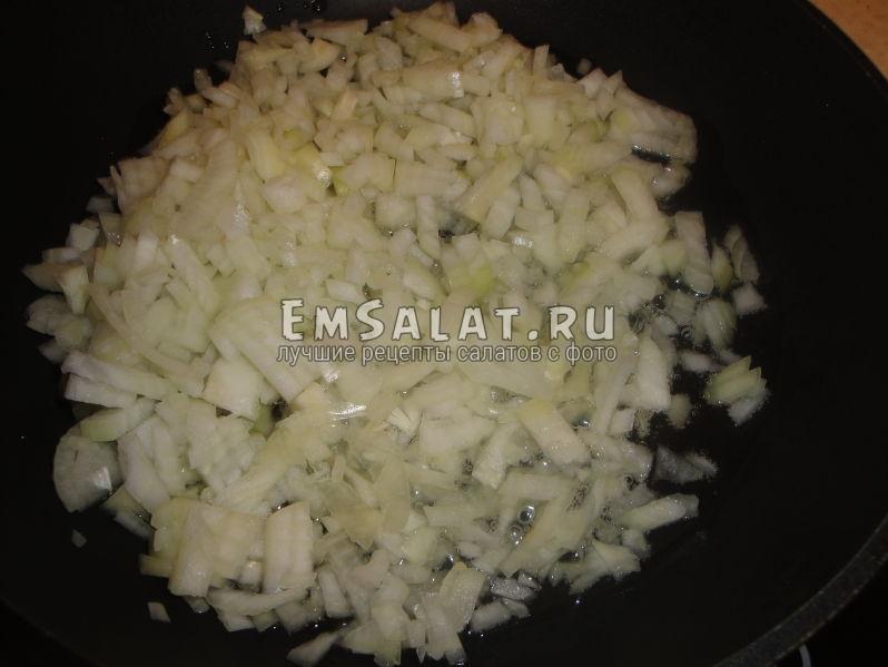 обжариваем лук на сковороде