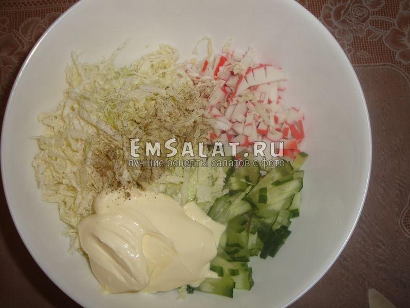 соединяем все ингредиенты в салатнике