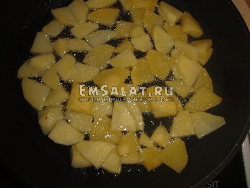 обжариваем картофель на раскаленной сковороде