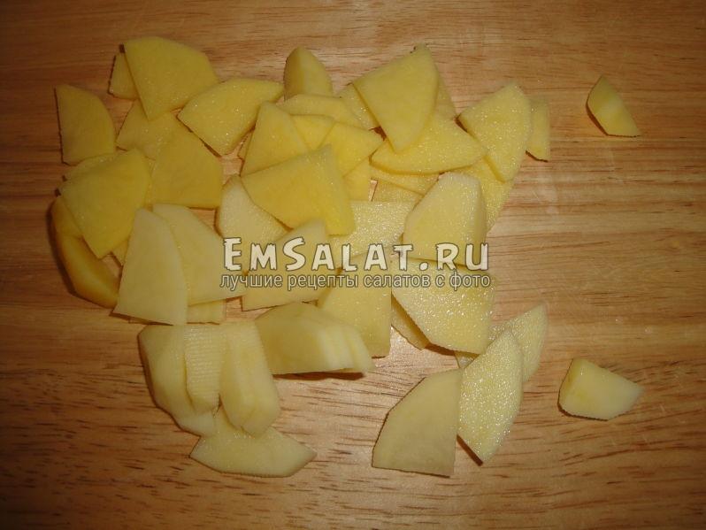 сырой картофель порезанный кусочками толщиной в 2 мм