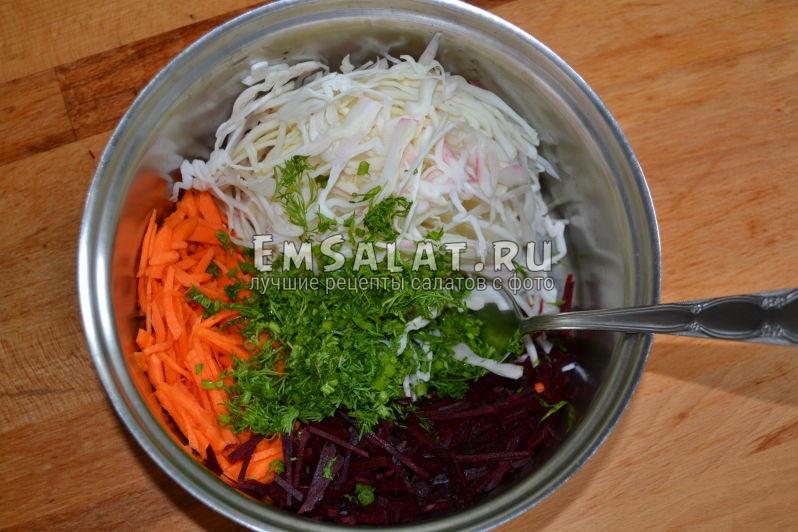 Перемешиваем ингредиенты для салата