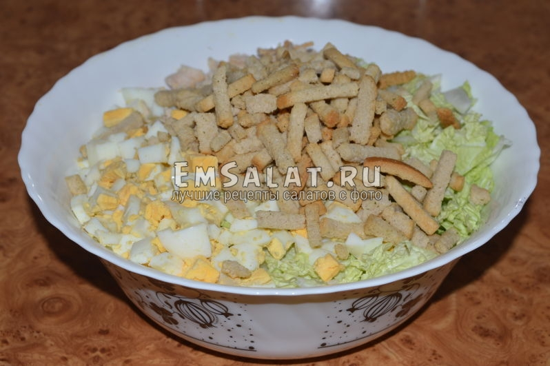 Завершающий этап приготовления салата из пекинской капусты с куриной грудкой и грибами