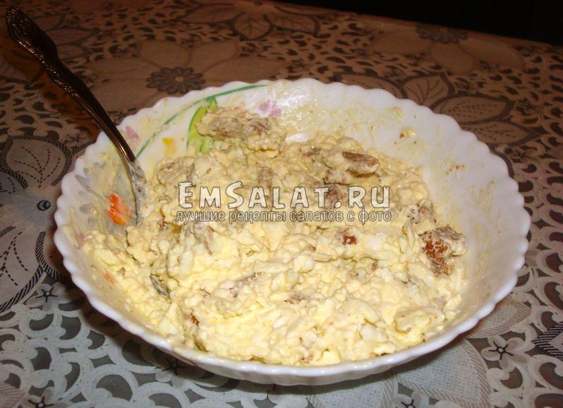 Салат с сухариками и сыром и чесноком готов.
