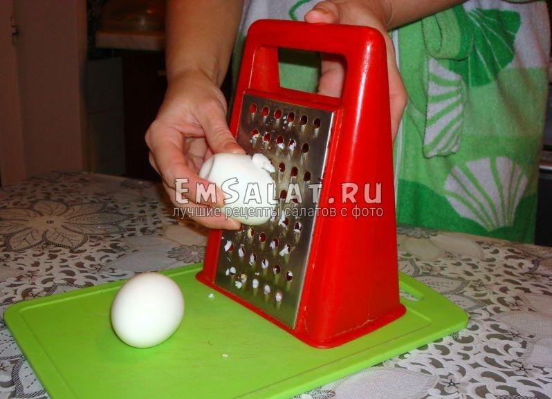 Чистим яйца и трем на терке.