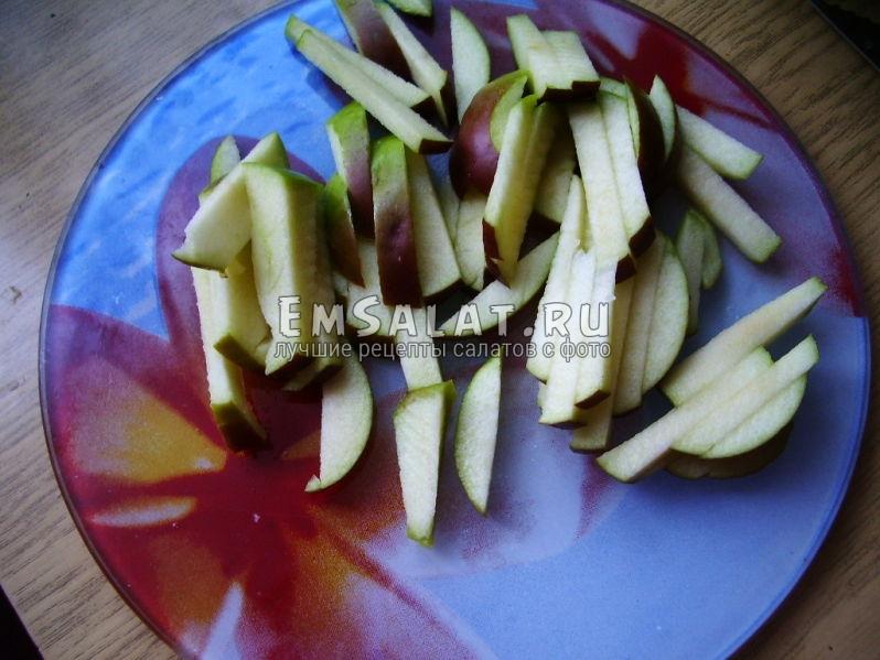 Яблоко, порезанное соломкой на доске