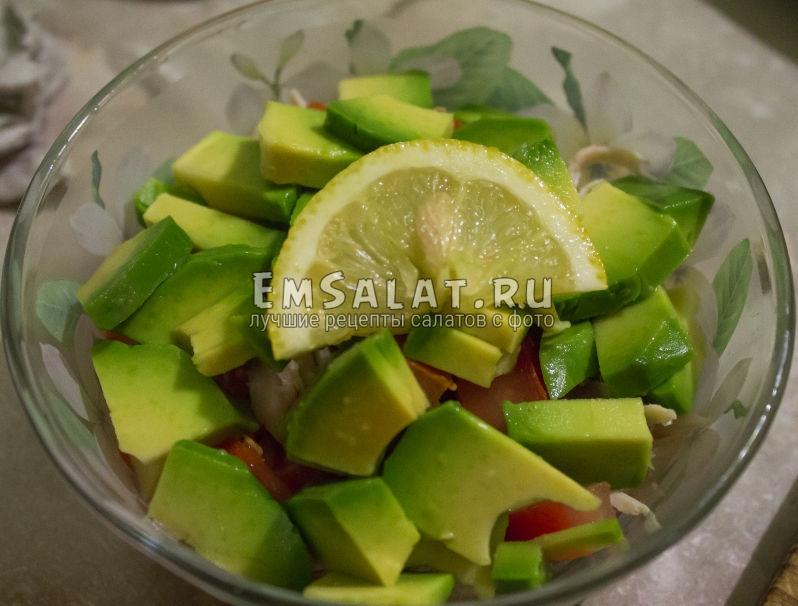 кусочек лимона в салате