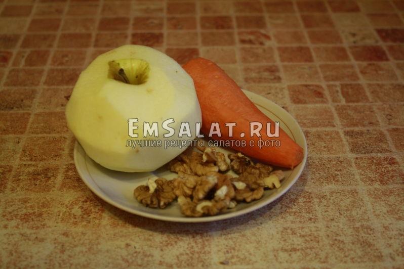 очищенные яблоко, морковь и грецкие орехи