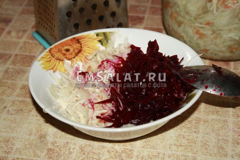 смешиваем в тарелке квашенную капусту и свеклу