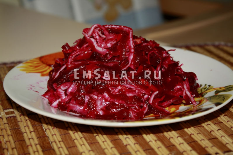 готовый диетический салат из квашенной капусты и свеклы на тарелке