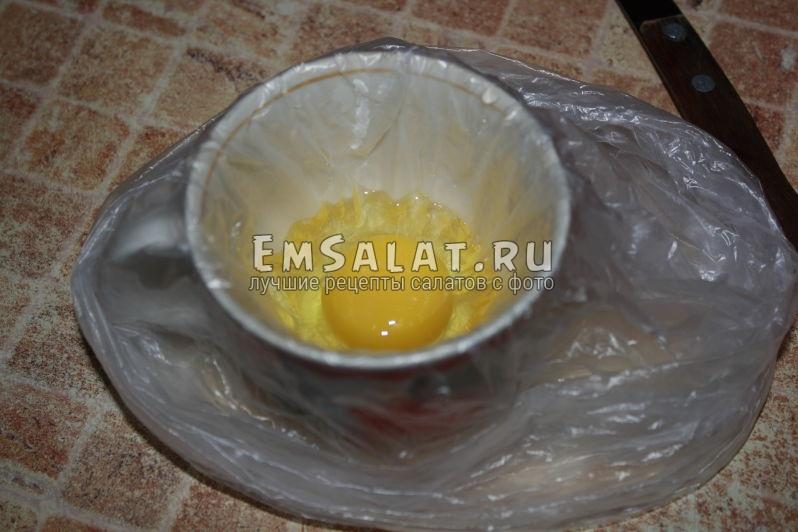 в чашке разбитое яйцо в кульке