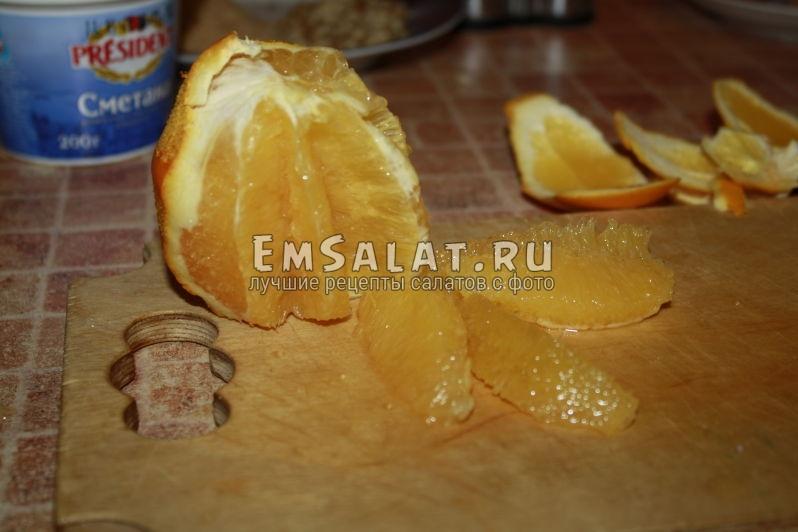 Чищенный апельсин с вырезаными дольками