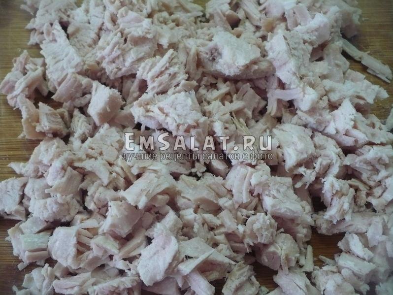 Мясо мелко порезать.