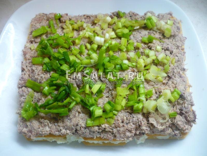 Посыпать рубленным зеленым луком.