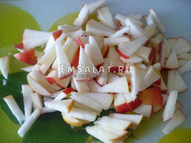 Нарезать яблоки соломкой