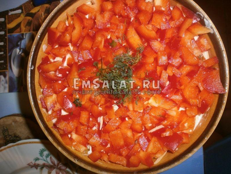 Верхний слой салата с курицей и грибами с сыром