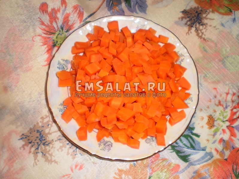 Морковь нарезанная кубиками для приготовления винегрета