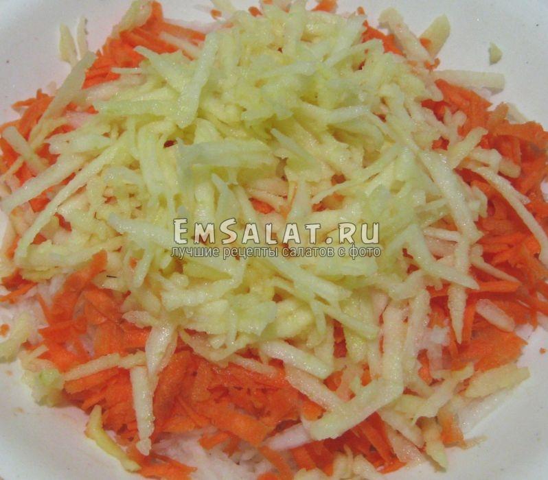 натираем редьку, морковь, яблоко в слата с редькой дайкон